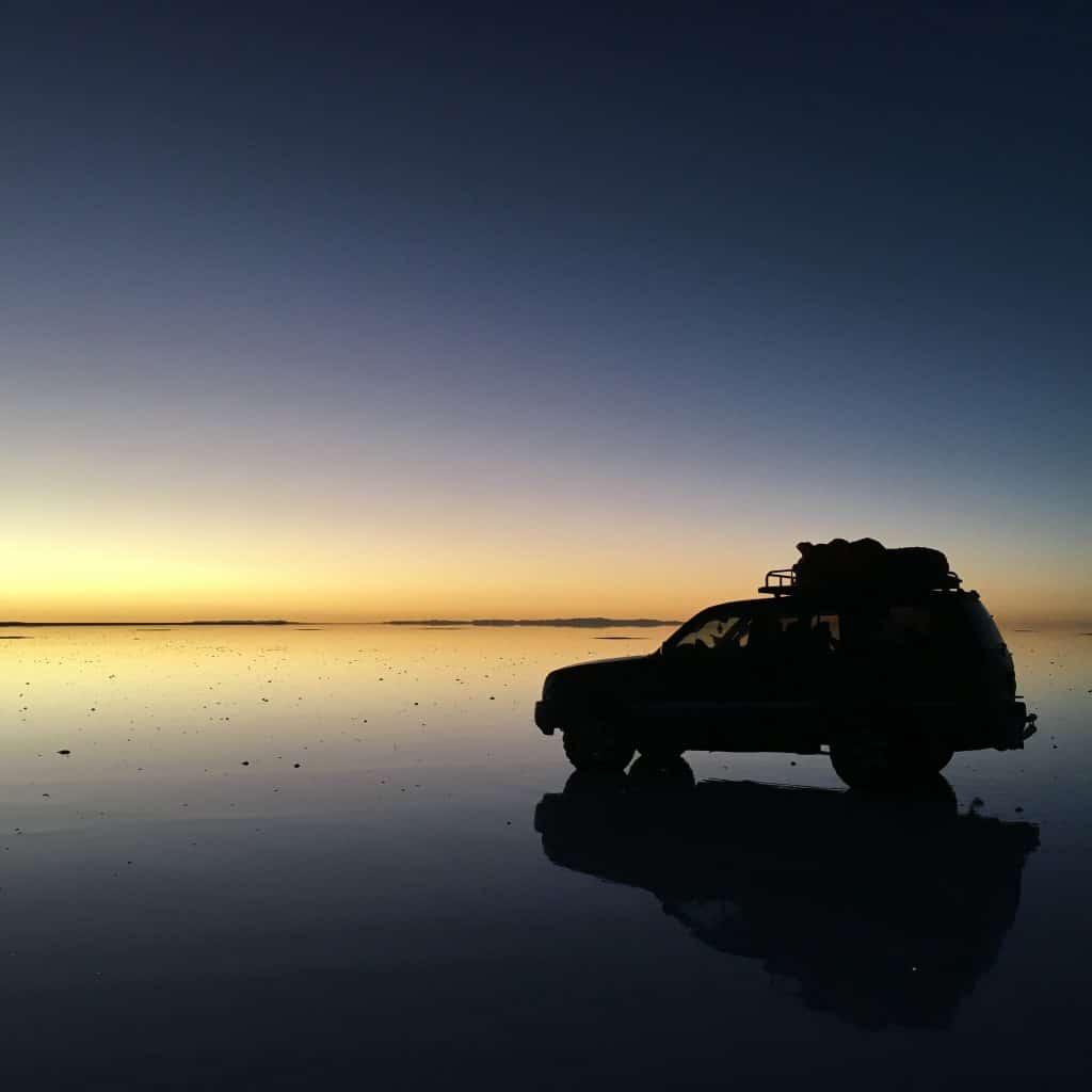 Miroir sur le désert de sel à Uyuni