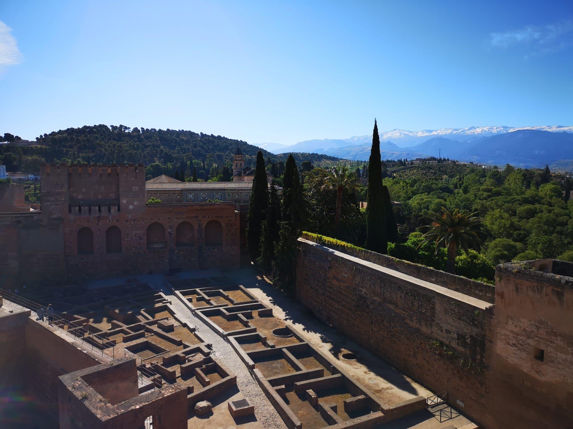 Vue sur les montagnes de la Sierra Nevada depuis l'Alhambra road trip andalousie