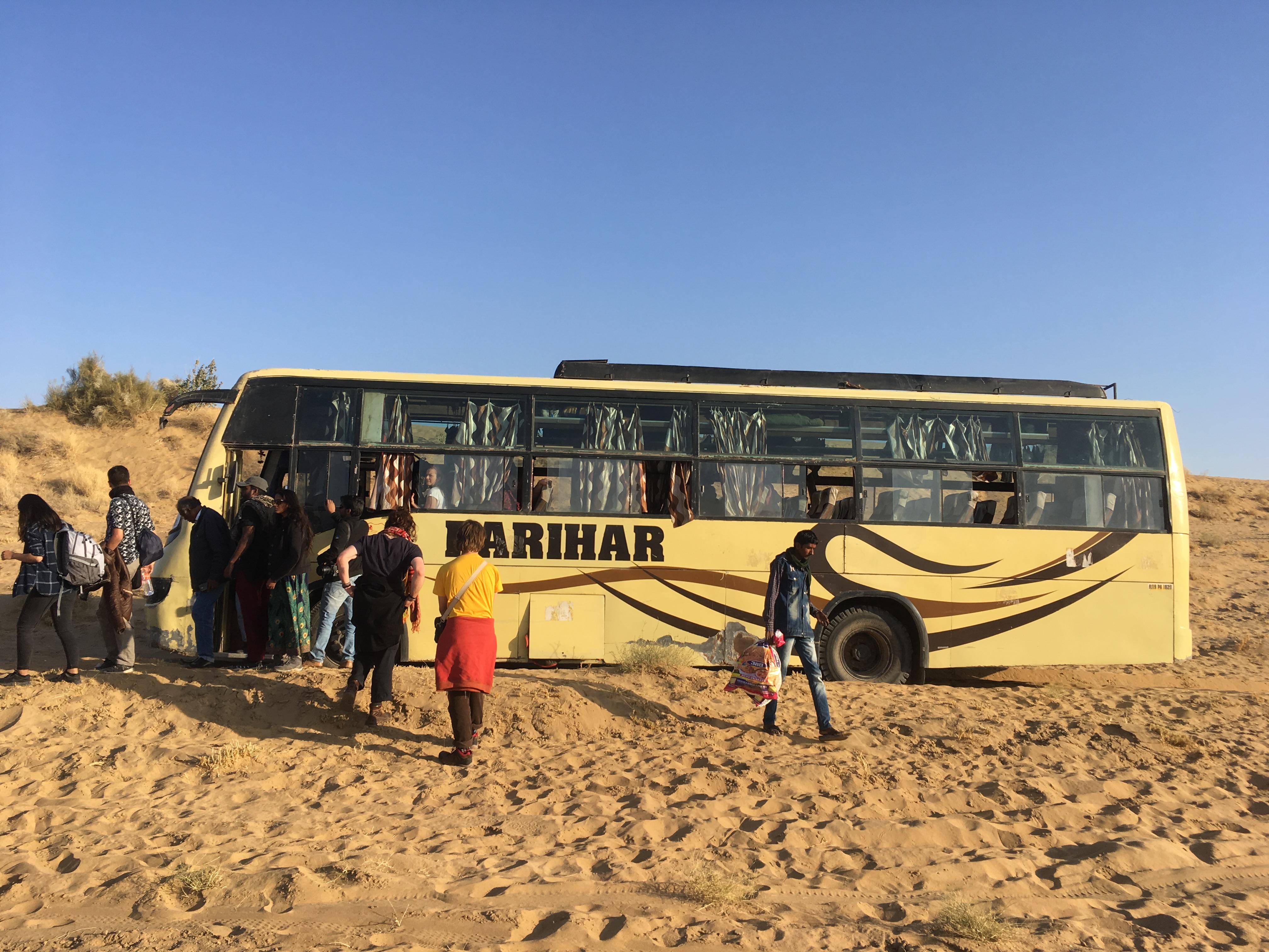 bus enlisé dans le désert de jaisalmer en Inde