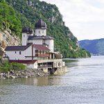 Serbie-chateau-lac-montagne