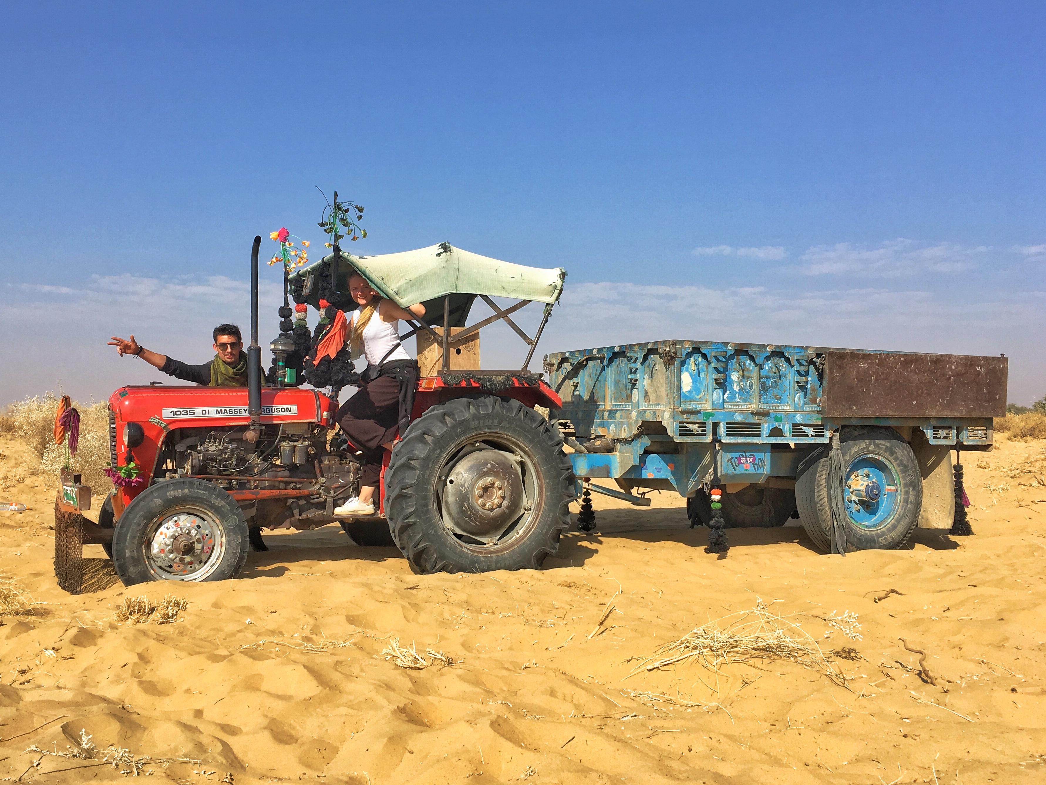 Tracteur dans le sable en Inde