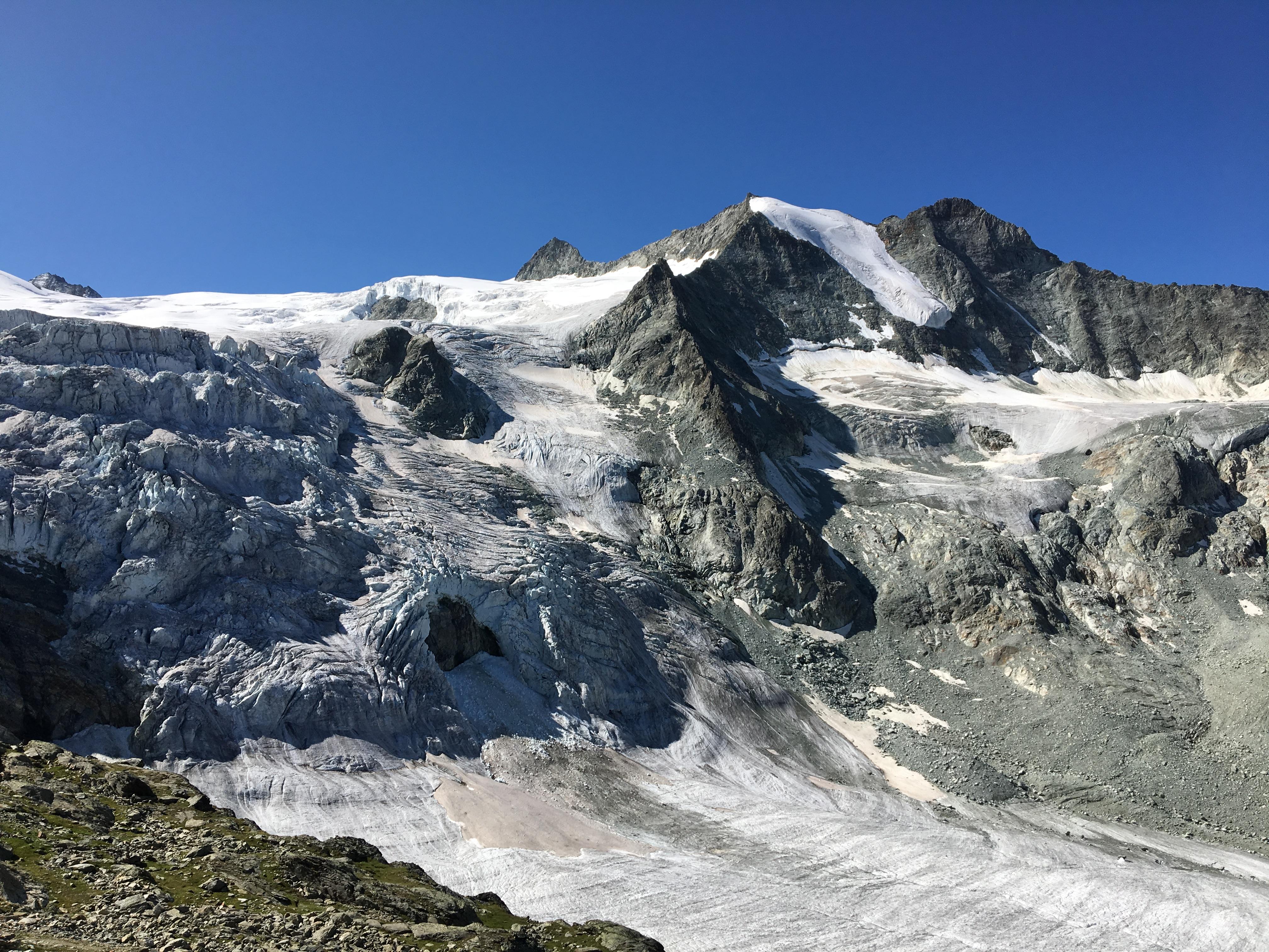 Au pied du Glacier de Moiry dans les Alpes Suisses