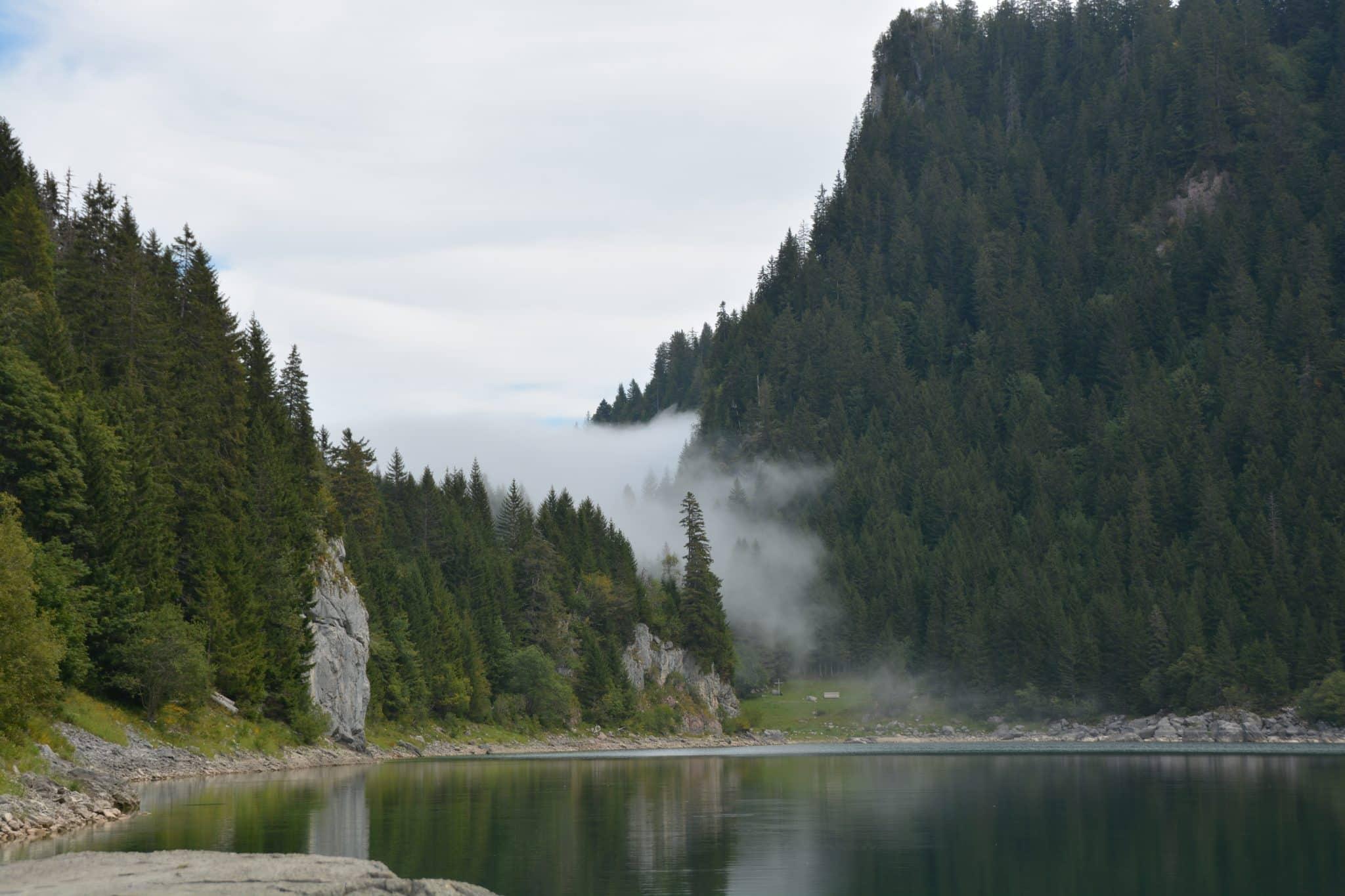Une montée raide jusqu'au lac de Taney dans les alpes suisses