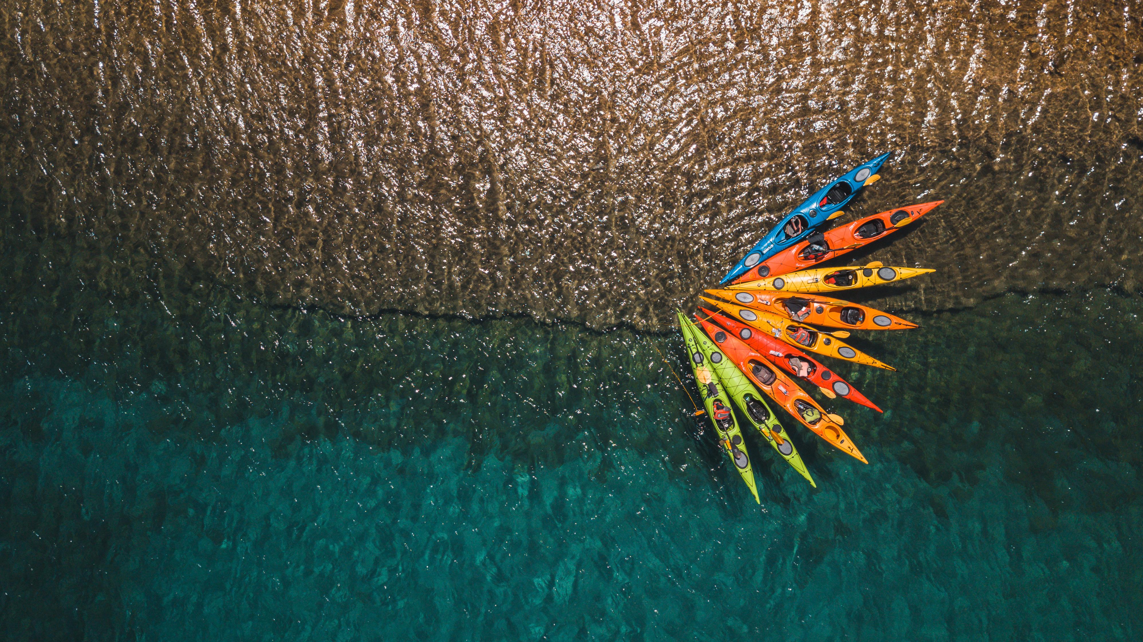 Les kayaks attachés au bord de la plage road trip grece