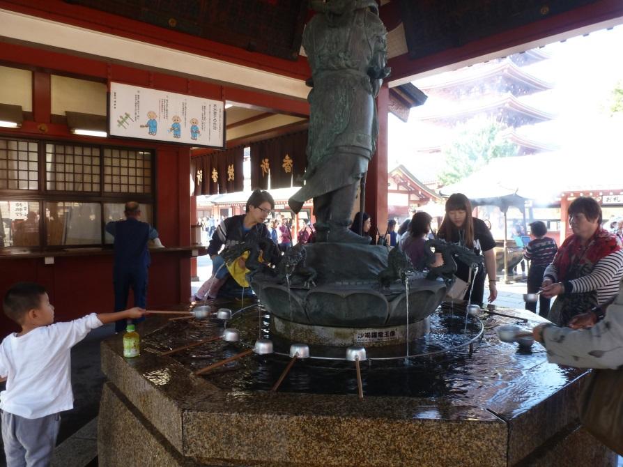 voyage au japon en famille fontaine dragons tokyo