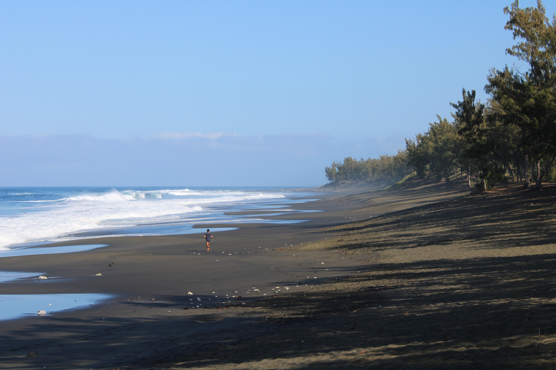 plage de sable noir de l'étang salé visiter la reunion en 1 semaine
