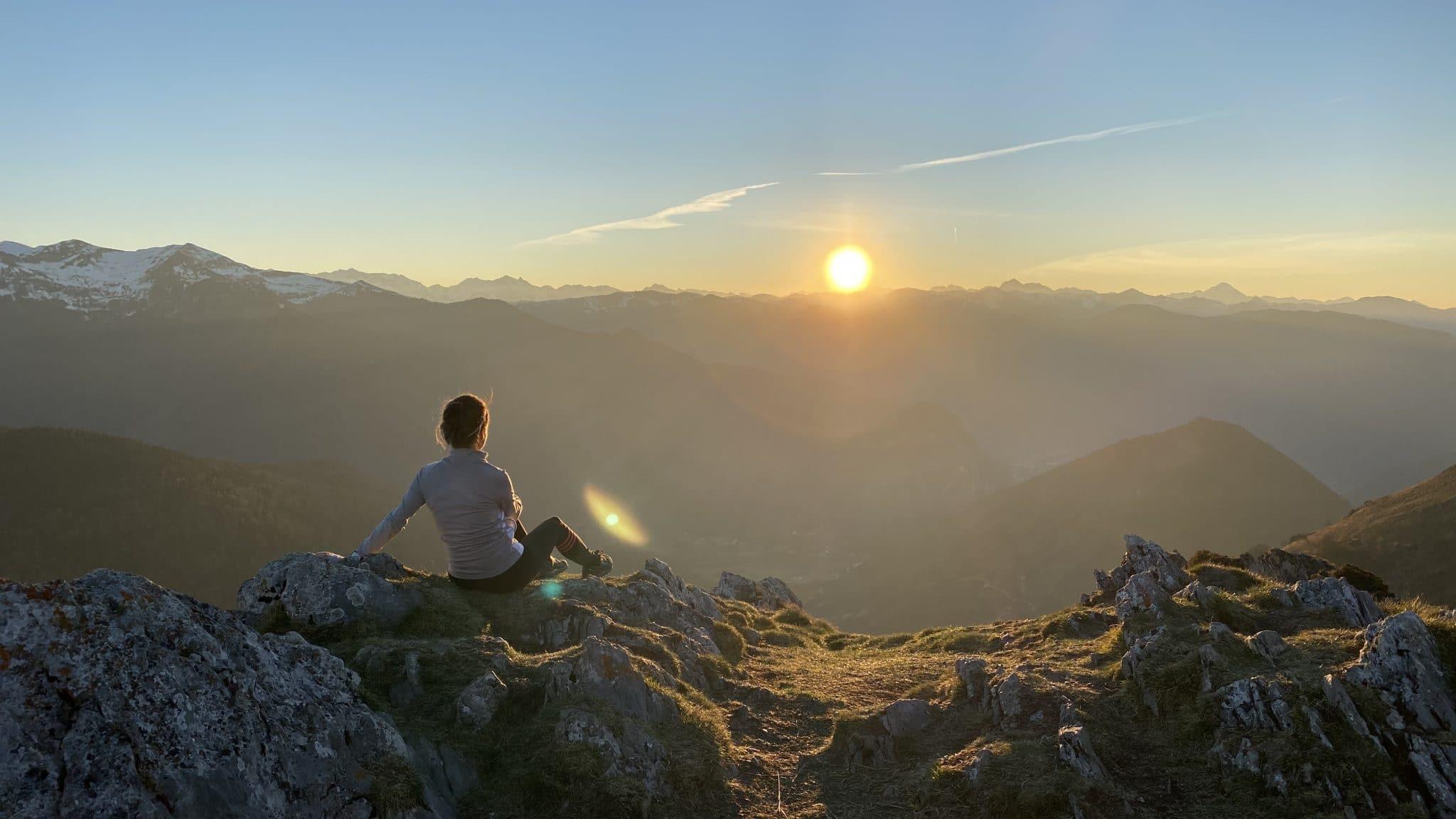 photo coucher de soleil sur la montagne