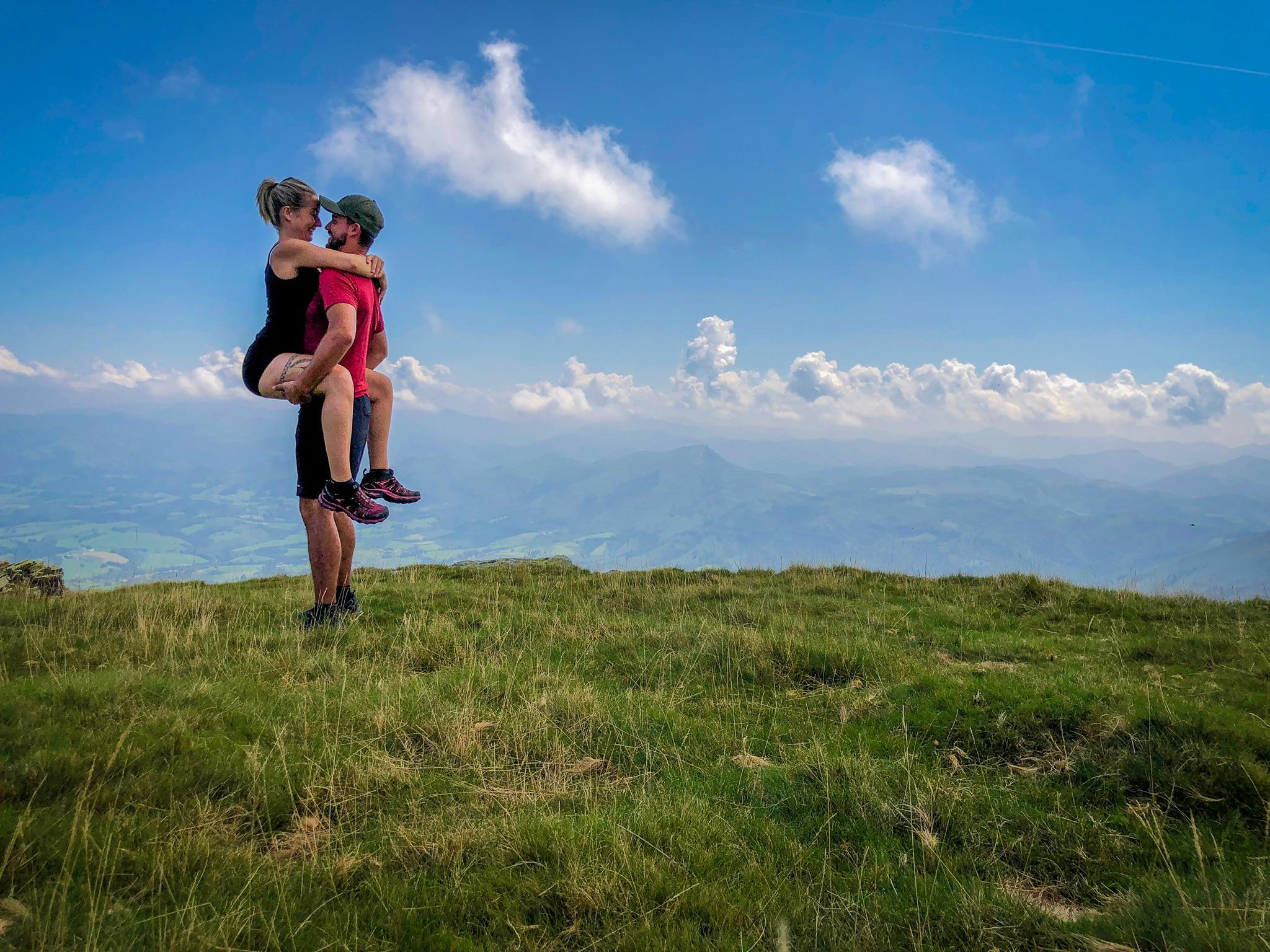 couple au sommet de la rhune randonnée