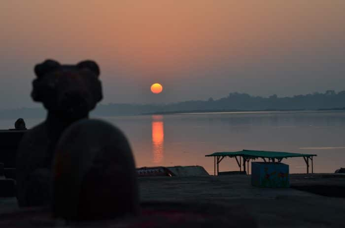 coucher de soleil sur une statue du ghats madhya pradesh