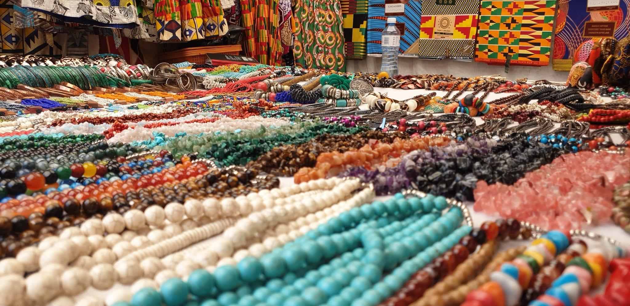 perles à un marché sur capetown carnet de voyage