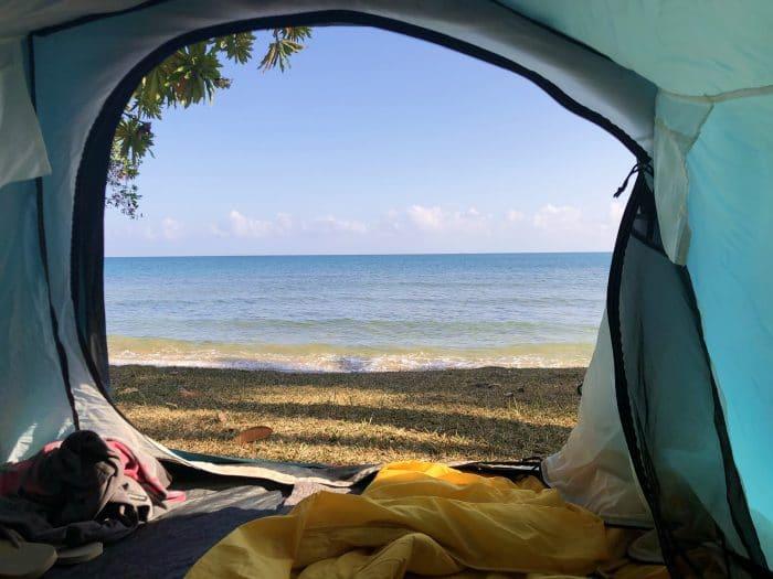tente avec vue sur la mer au camping de thio dans le sud de la nouvelle calédonie