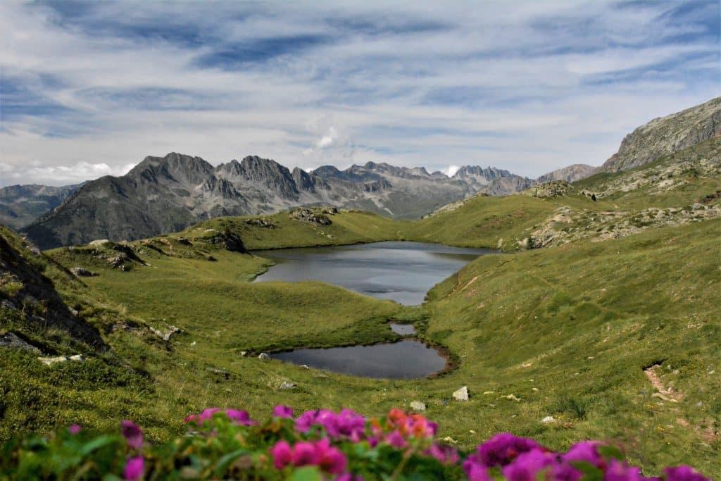Les-lacs-inférieurs-et-supérieurs-dans-la-vallée-de-lOisans
